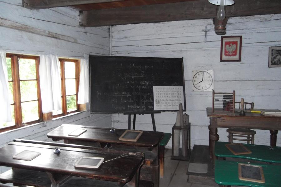 Wygiełzów Wiejska szkoła. Kiedyś siedziałem w takiej ławce. Foto Robert Kmieć